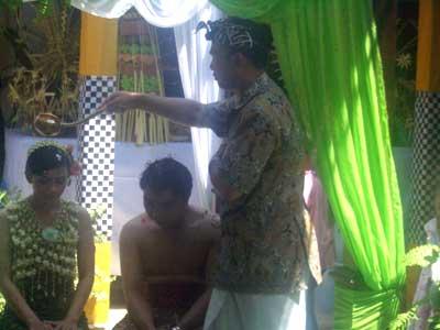 Siraman adat Jawa pada upacara pernikahan hindu jawa.